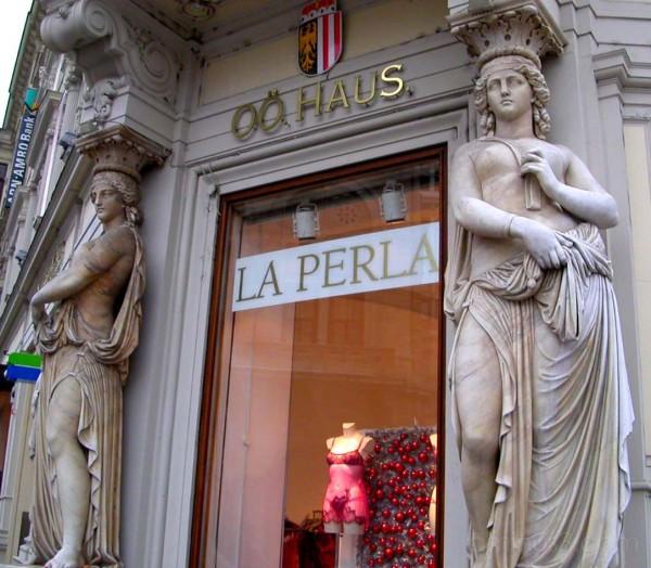 vienna lingerie statues
