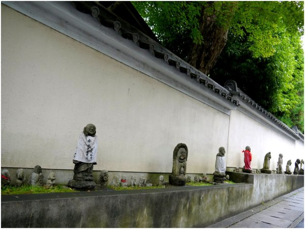 Little statues by a wall