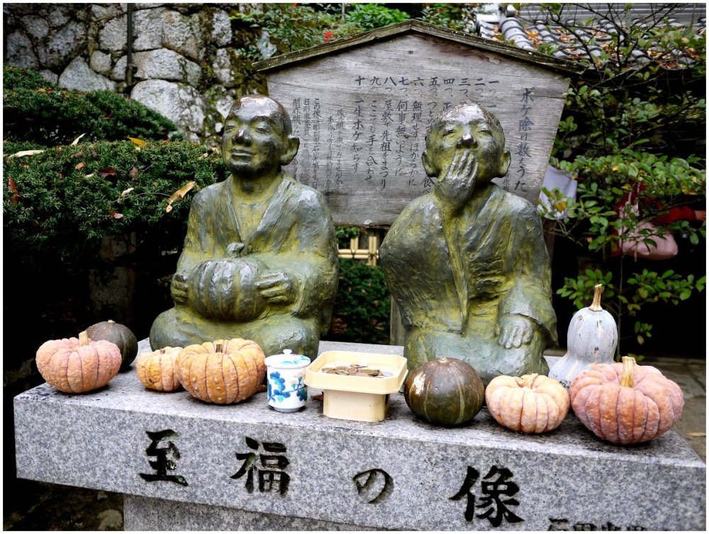 Statues and pumkins