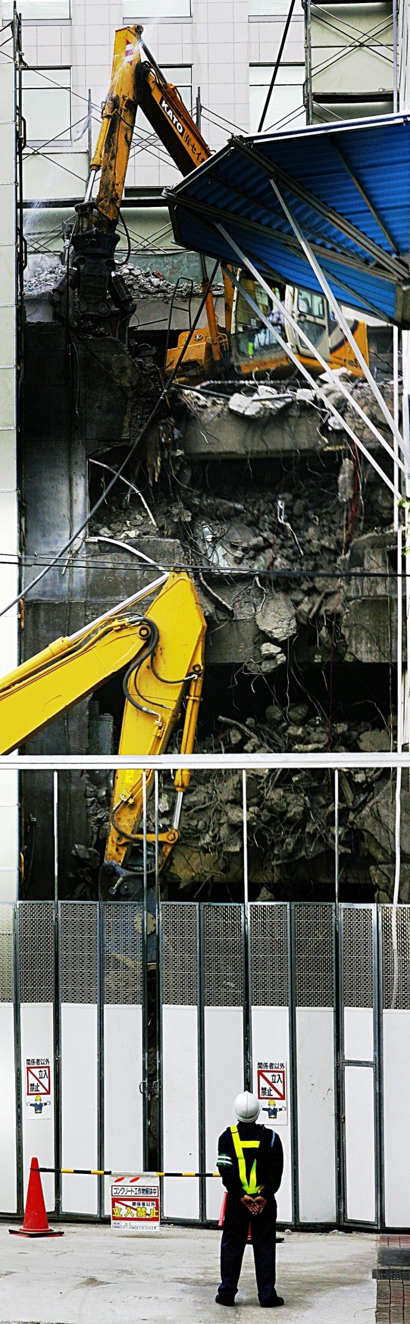 Tokyo building being demolished