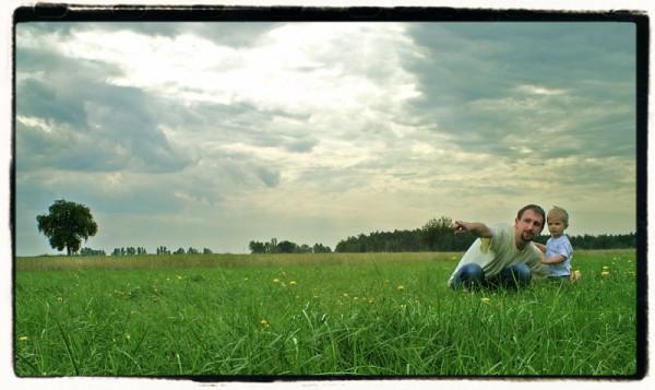 łąka pole drzewo tata dziecko