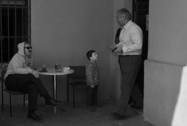 child sings for artist leaving kadikoy theatre