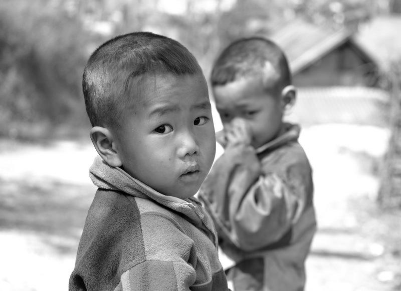 retrato de niño mirando la cámara