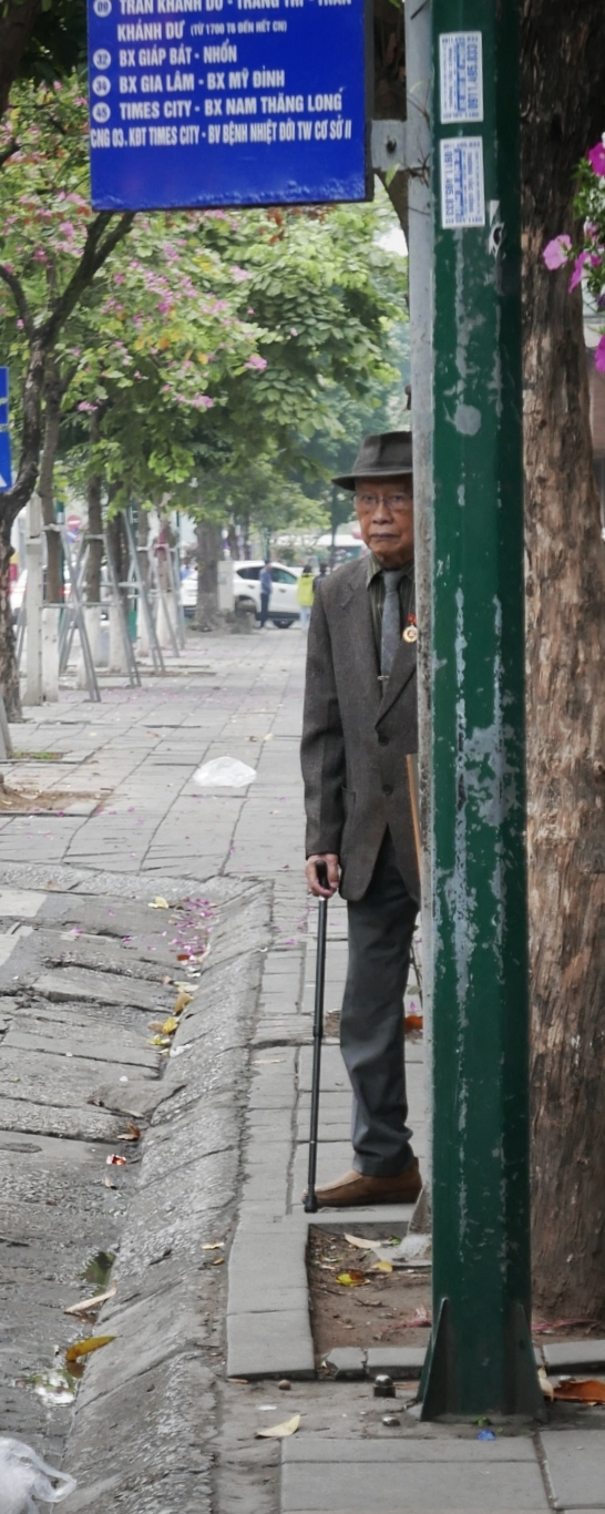 Hanoi, vieil homme attend le bus
