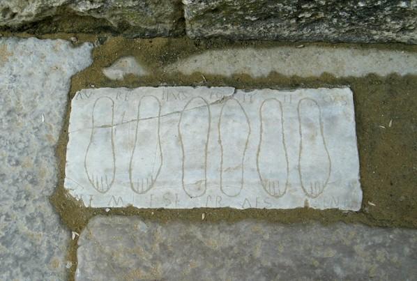 Lapida votiva pies Italica