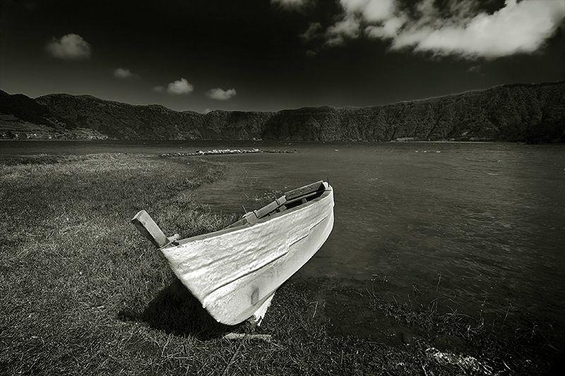 boat in b&w