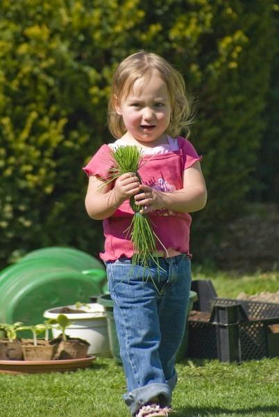 Eléa is gardening