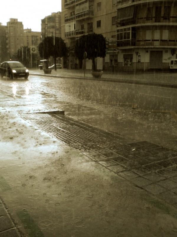 Esta lloviendo  /  It's raining