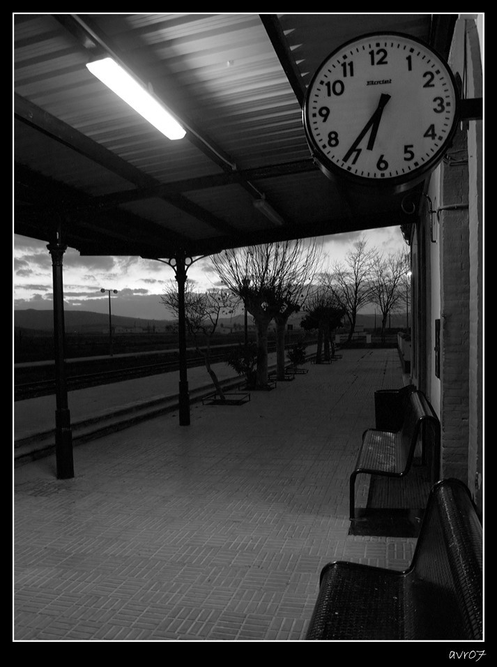 Esperando al tren   /   Waiting for the train