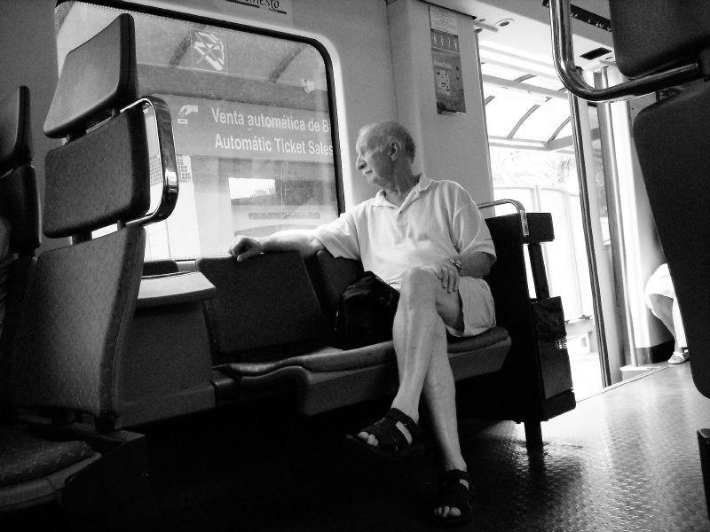 Hombre en tren de cercanías