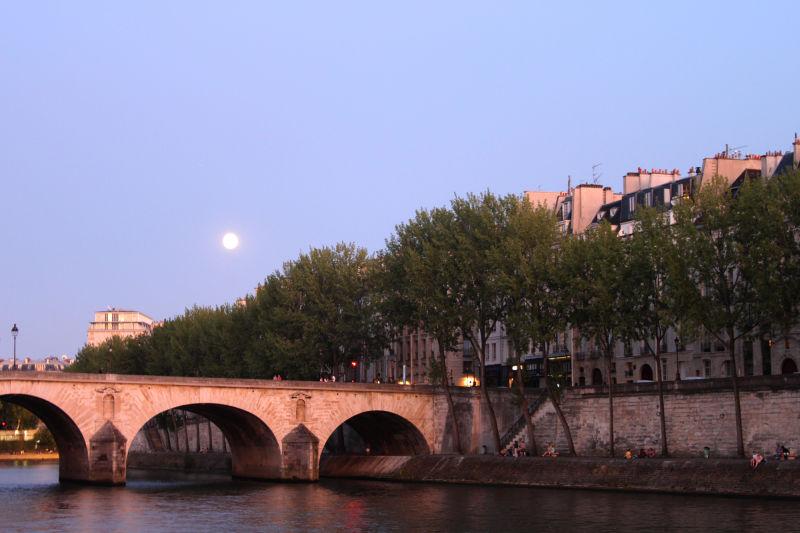 Full moon on the Seine
