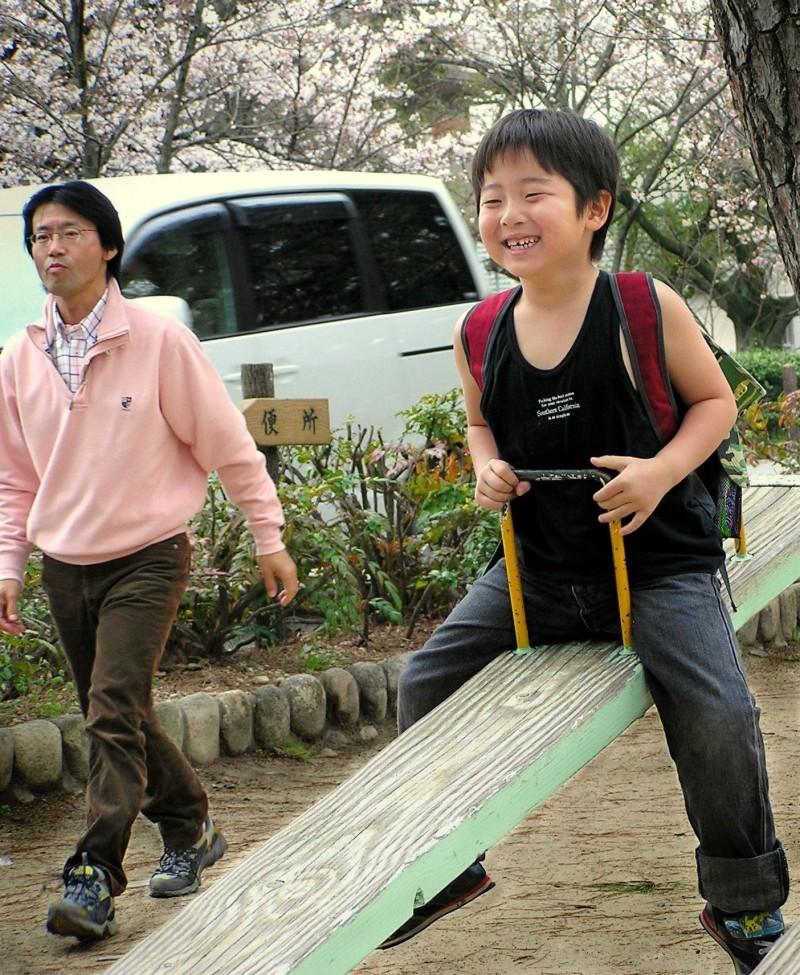 boy see-saw japan hanami shukugawa hyogo children