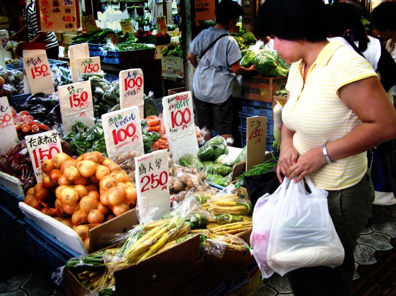 market Naha Okinawa vegetable shopper Heiwadori