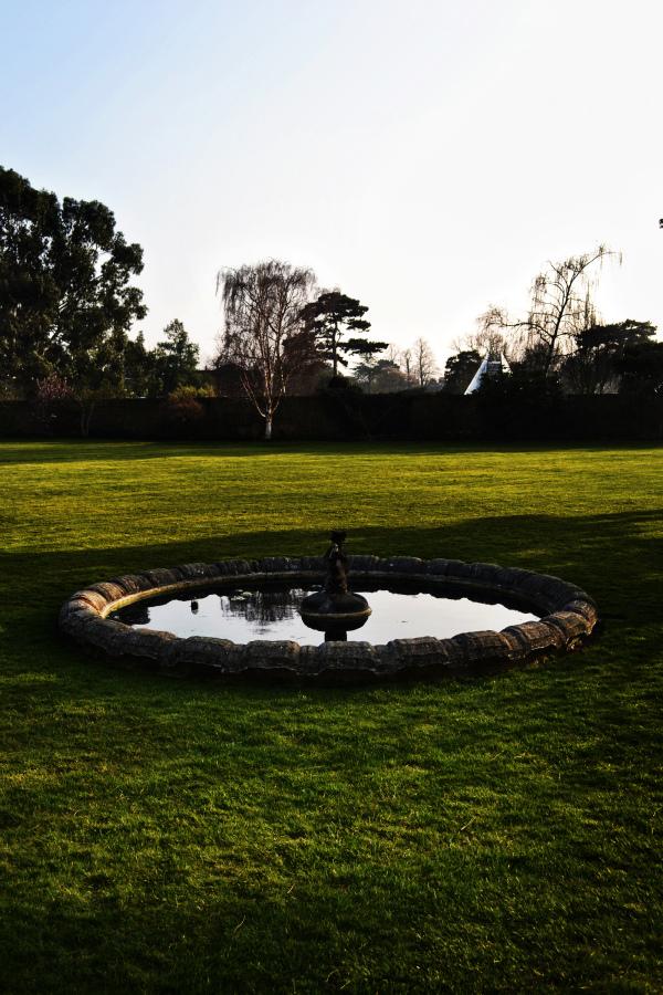 kew-gardens england garden fountain