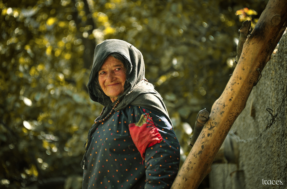 The old woman at the apple orchard