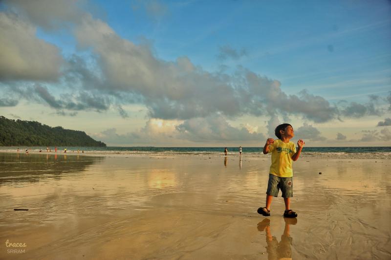 Dances on the wet sands