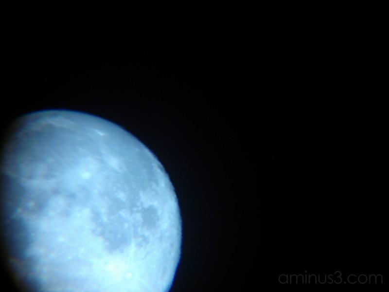 vista de la luna en un extraño tono azul