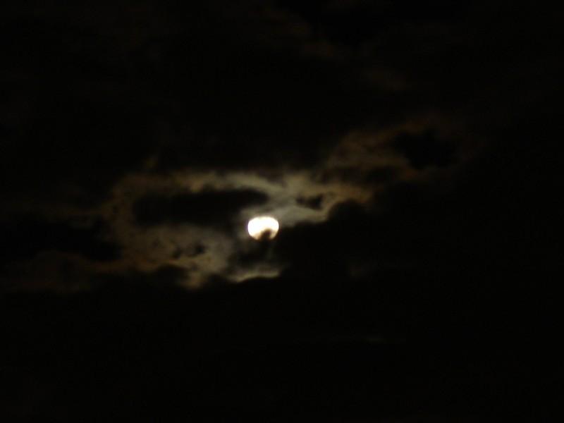 la luna aparece entre las nubes