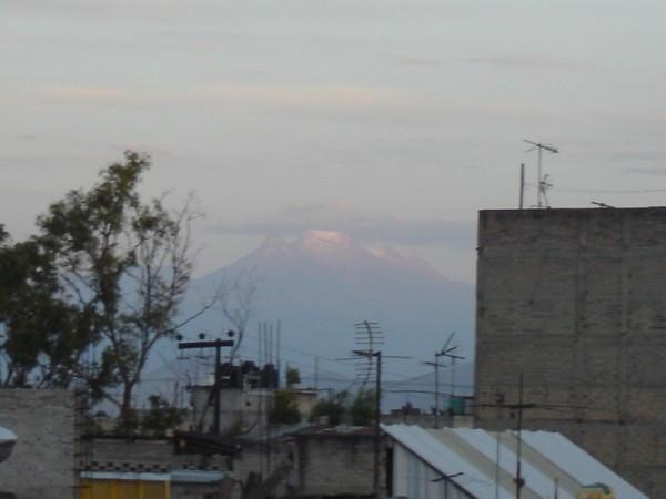 el volcan entre los edificios de la ciudad