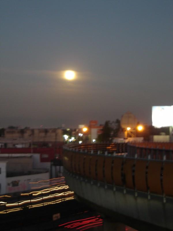 Luna en el amanecer de la ciudad