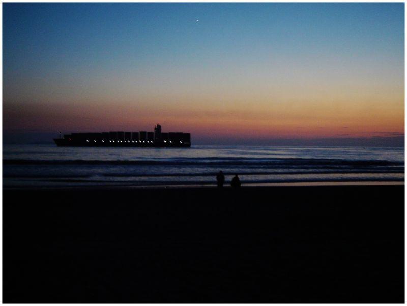 un carguero en la costa
