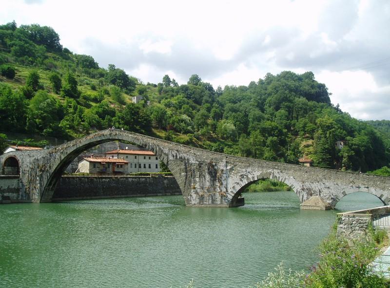 Célèbre pont à Bagni di Lucca en Italie