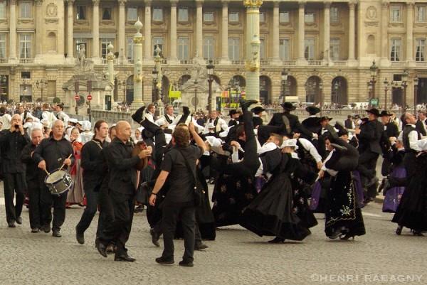 Breizh Touch, parade sur les Champs Elysées