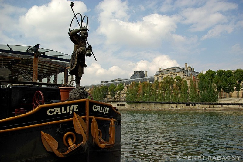 La péniche Le Calife à quai devant le Louvre
