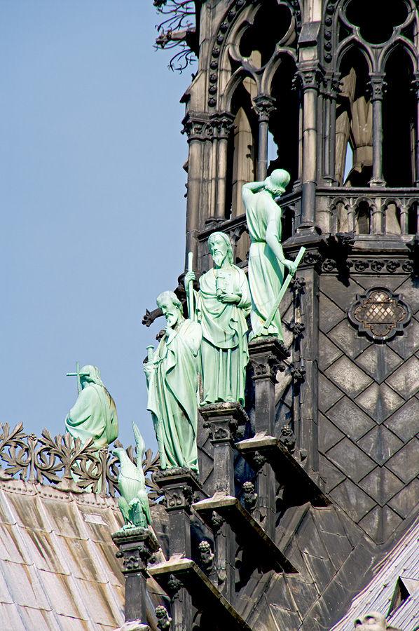 Notre Dame, les Apôtres et l'Aigle