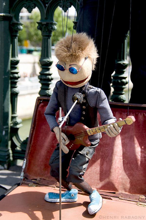 Pantin chanteur de rue