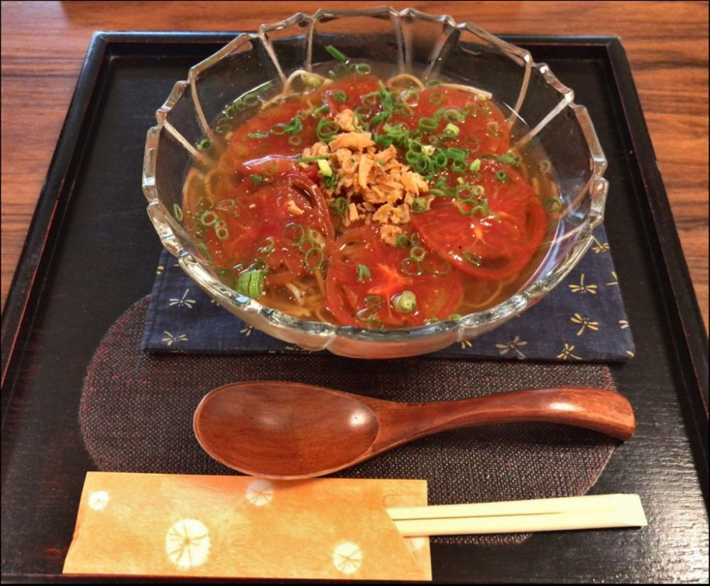 Cold Soba Noodles with Sliced Tomatoes on Top