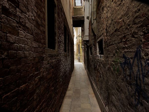 In Venezia, streets can be... narrow !