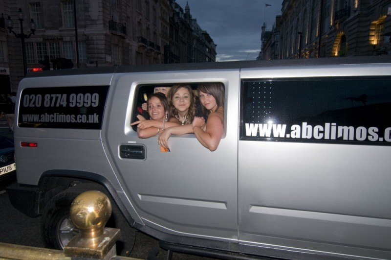 GIRLS OUT FOR THE NIGHT, PICCADILLY CIRCUS