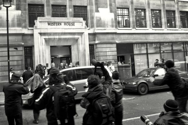 JONATHAN ROSS LEAVING THE BUILDING