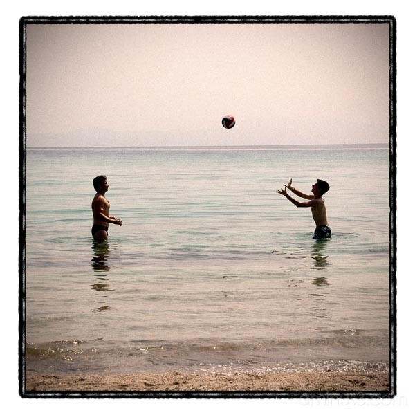 sea ball volley players