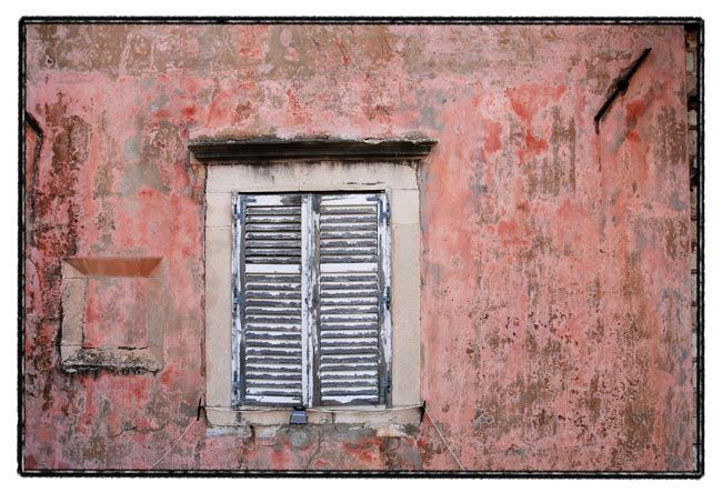 dubrovnik series / window in red wall