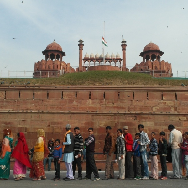 Red fort delhi line of people