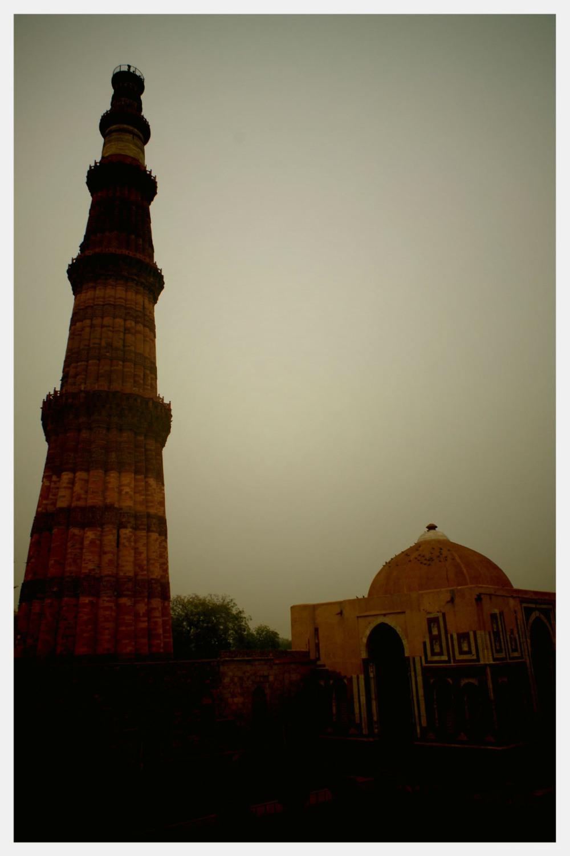 smog qtab minar new delhi sunset