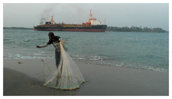 small net casting fishing kochi beach ship india