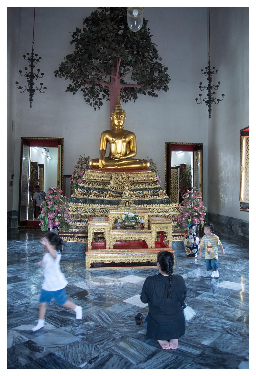 pray play wat pho bangkok