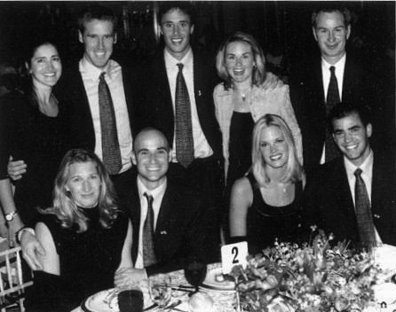Steffi, Pete, Andre, John au restaurant.