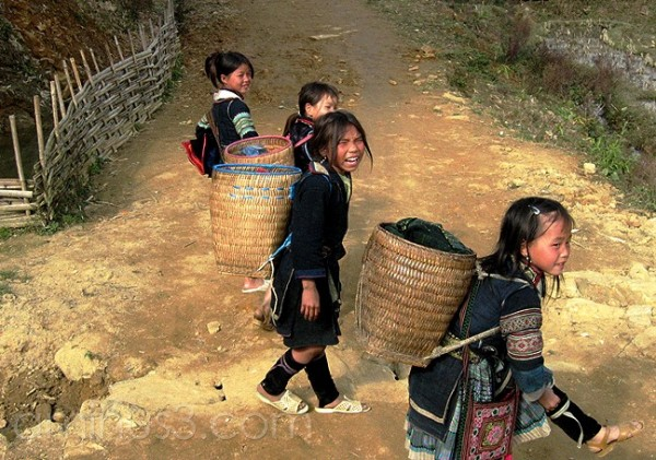 Black Hmong girls near Sapa