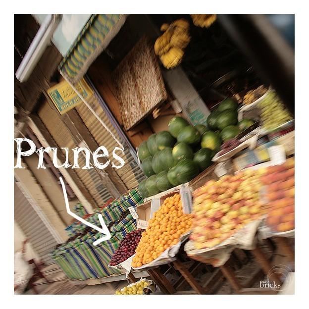 Souk - marchand de prunes ...