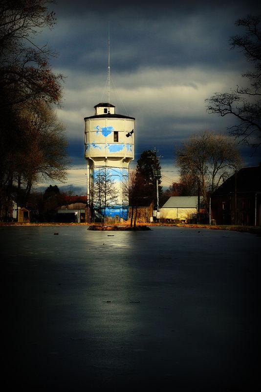 Le phare sans mer se mire dans la mare glacée