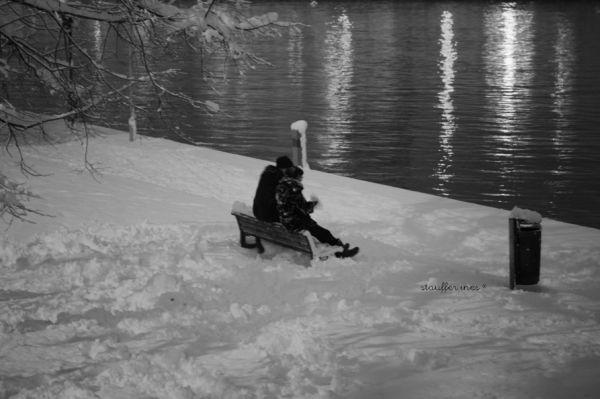 Sur un banc, sous la neige
