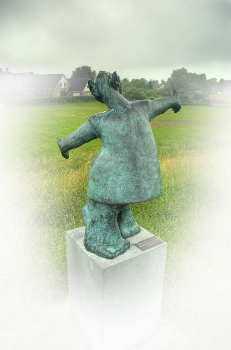 statue Meisje in de wind de Theo Schreurs