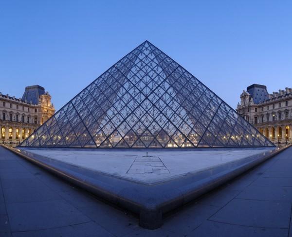 "France, Paris, ""Pyramide du Louvre"", panorama"