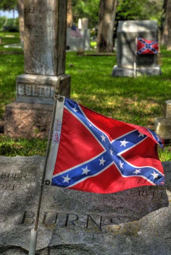 Burns grave with Confederate Flag, Flatonia