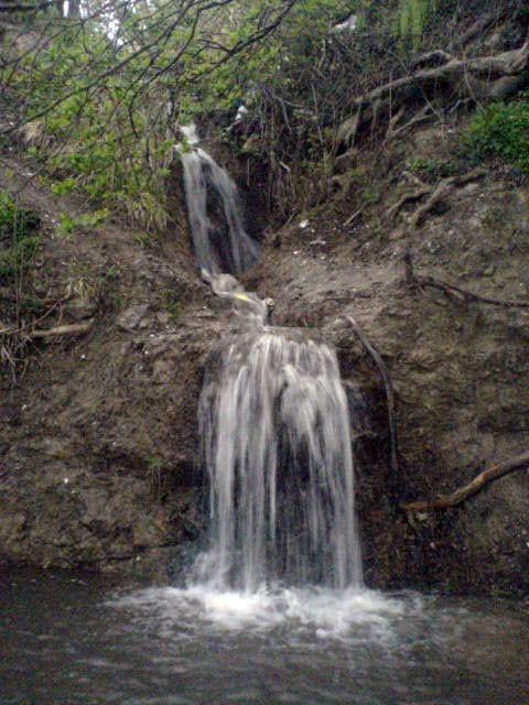 آبشار در کوهستان