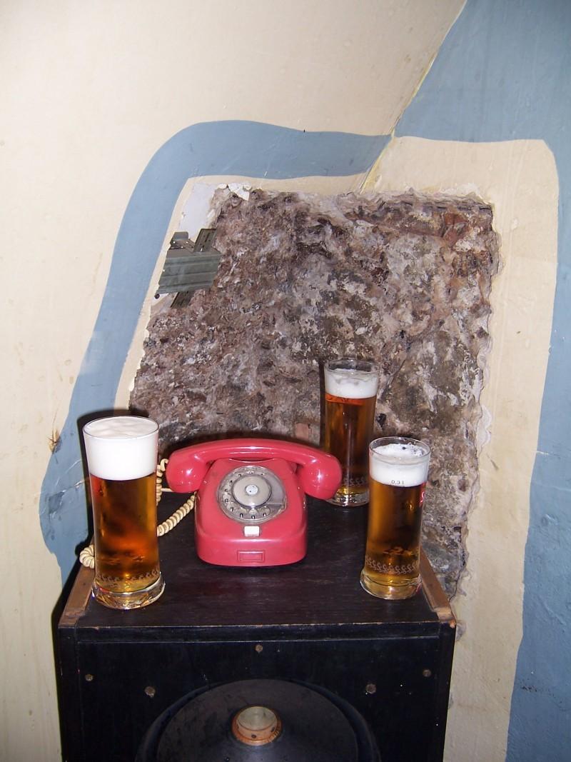 Red telephone (Dežmár)